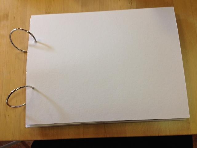 Dit portfolio is een eenvoudige verzameling stevig kartonnen vellen, geperforeerd en bijeengehouden met grote ringen.