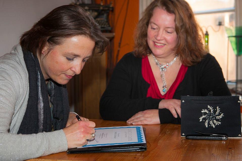 Ondertekening van het certificaat Opleiding Broderie d'Art level 1 voor Ingrid Legemaat