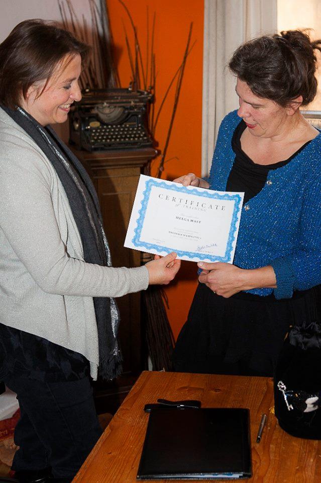 Helga Mast heeft met goed gevolg de Opleiding Broderie d'Art level 1 afgerond en ontvangt haar certificaat