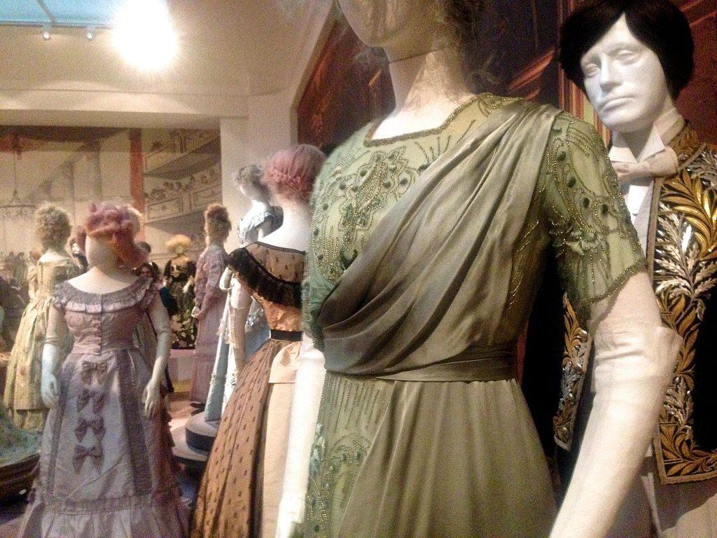 Groene asymmetrische japon, Romantische Mode, Gemeentemuseum Den Haag