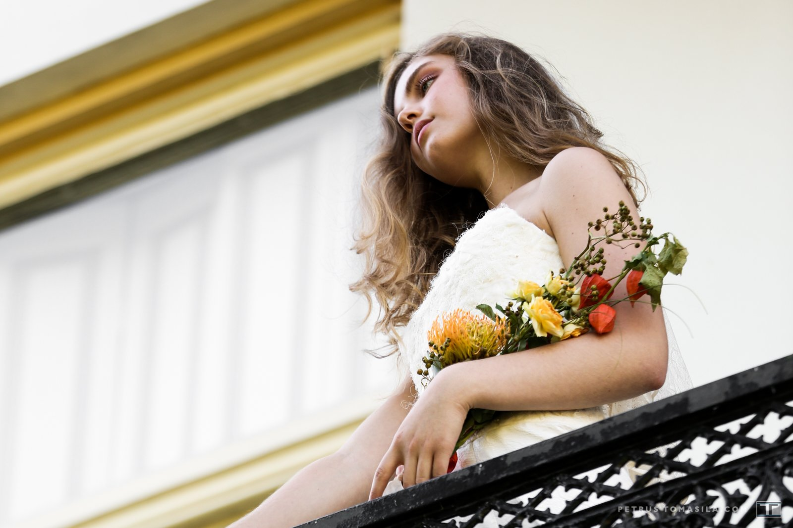 Bruid op balkon, tuin Doesburg