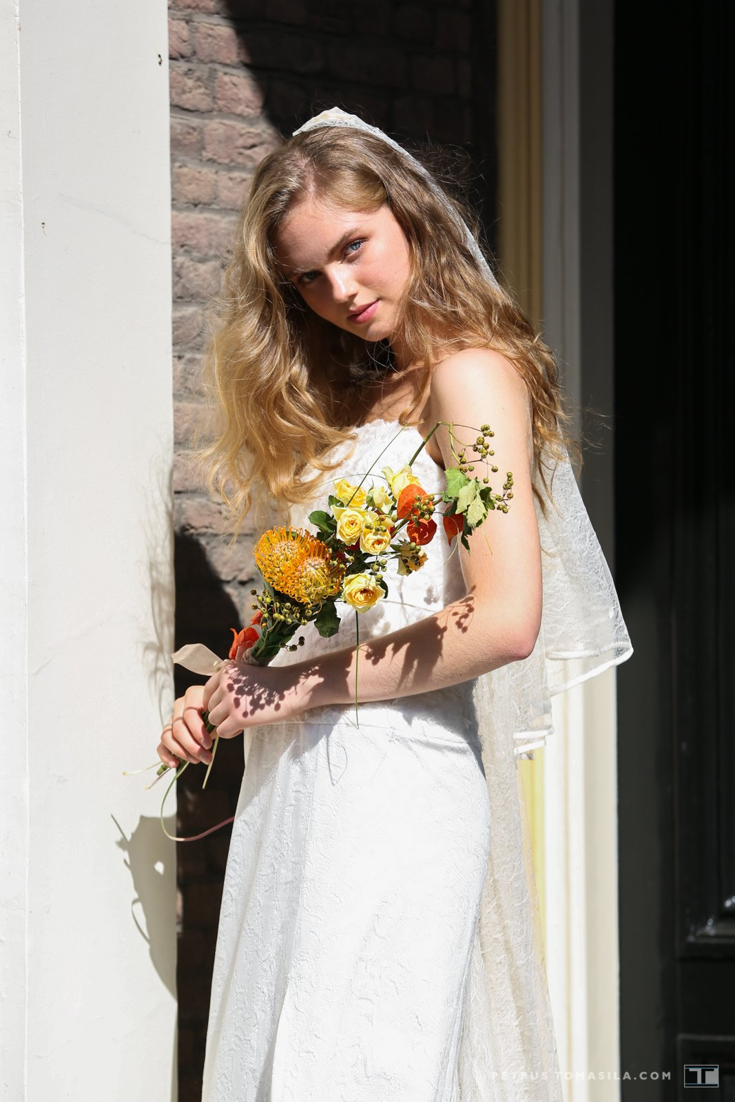 Bruid bij entree huis Doesburg